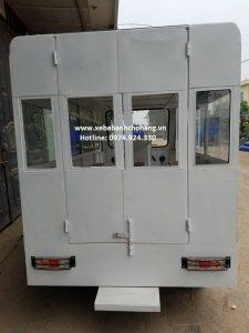 cửa sau Xe điện ba bánh chở học sinh màu trắng