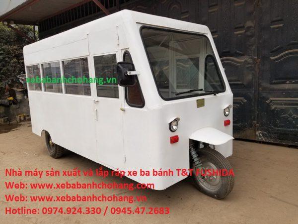 Xe điện ba bánh chở học sinh